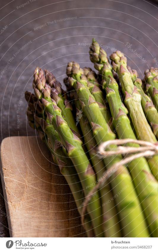 Bund grüner Spargel Grün Gemüse Lebensmittel Ernährung Vegetarische Ernährung Bioprodukte Gesunde Ernährung Nahaufnahme frisch Spargelbund Spargelkopf