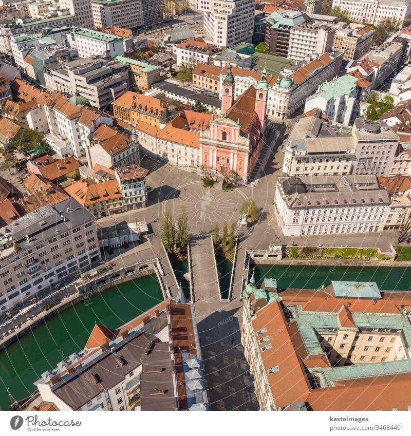 Drohnen-Luftaufnahme des Preseren Squere und der Dreifachbrücke über den Fluss Ljubljanica,Tromostovje, Ljubljana, Slowenien. Leere Straßen während der sozialen Distanzierungsmaßnahmen zur Bekämpfung der Coronavirus-Pandemie.