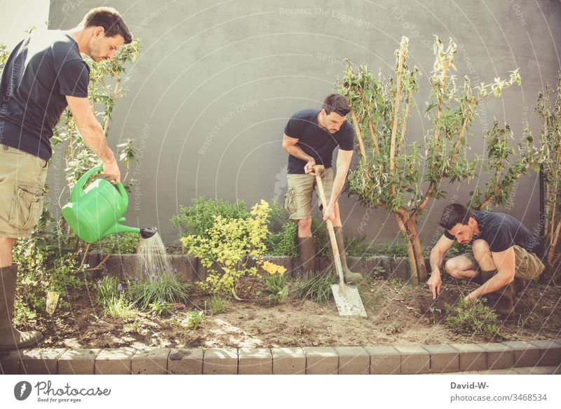 Gartenarbeit mit Gießkanne, Spaten und Schippe Teamwork herrichten Dürre Sommer schippe Pflanzen Kreativität kreativ drillinge gießen Ordnung Textfreiraum oben