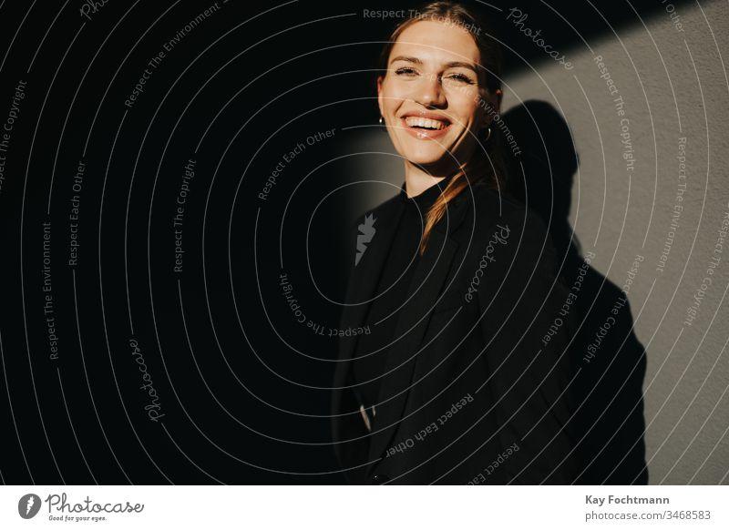 lachende Geschäftsfrau Erwachsener attraktiv schön Schönheit brünett sorgenfrei Kaukasier heiter Energie Aufregung Gesicht Mode Frau feminin Freiheit frisch