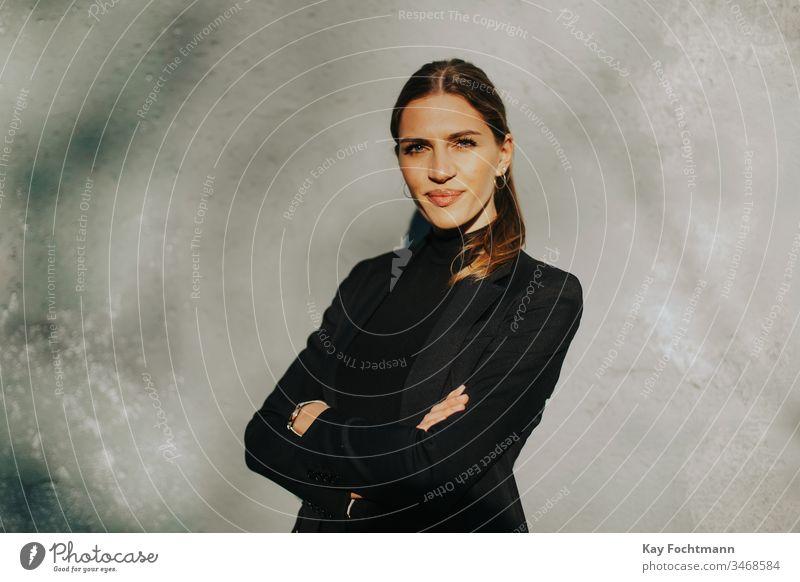 selbstbewusste Geschäftsfrau mit verschränkten Armen Erwachsener attraktiv schön Schönheit brünett Geschäftsleute Kaukasier Energie Gesicht Mode modisch Frau