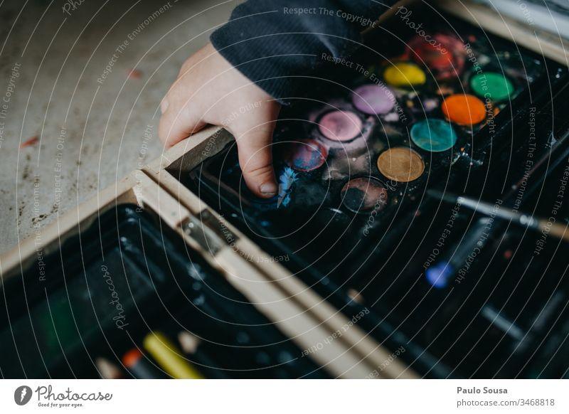 Mit Aquarell spielendes Kind Nahaufnahme Hand Spielen Wasserfarbe farbenfroh Farbe Farbverlauf Lifestyle Leben zu Hause Aktivität Kunst Künstler Spaß Kindheit