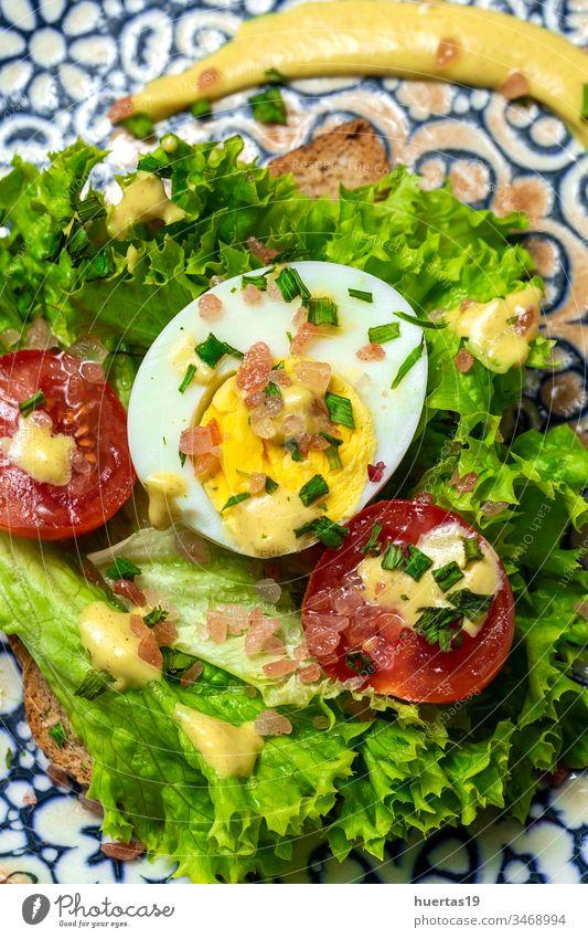 Hausgemachtes geröstetes Brot mit Kopfsalat, Tomaten, Ei und Senf Lebensmittel Belegtes Brot Zuprosten Salat Kirsch-Tomaotes Gekochtes Ei Gesundheit Mittagessen