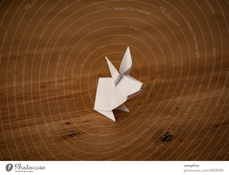 Kleiner Origami Osterhase Ostern Papier Holztisch Hase & Kaninchen Ostergeschenk gefaltet Basteln Kreativität kreativ Häschen Holzmaserung