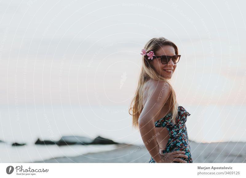 Junge Frau genießt Sonnenuntergang am Strand Erwachsener attraktiv schön Schönheit sorgenfrei Küste Morgendämmerung genießen Genuss Abend Freiheit Mädchen