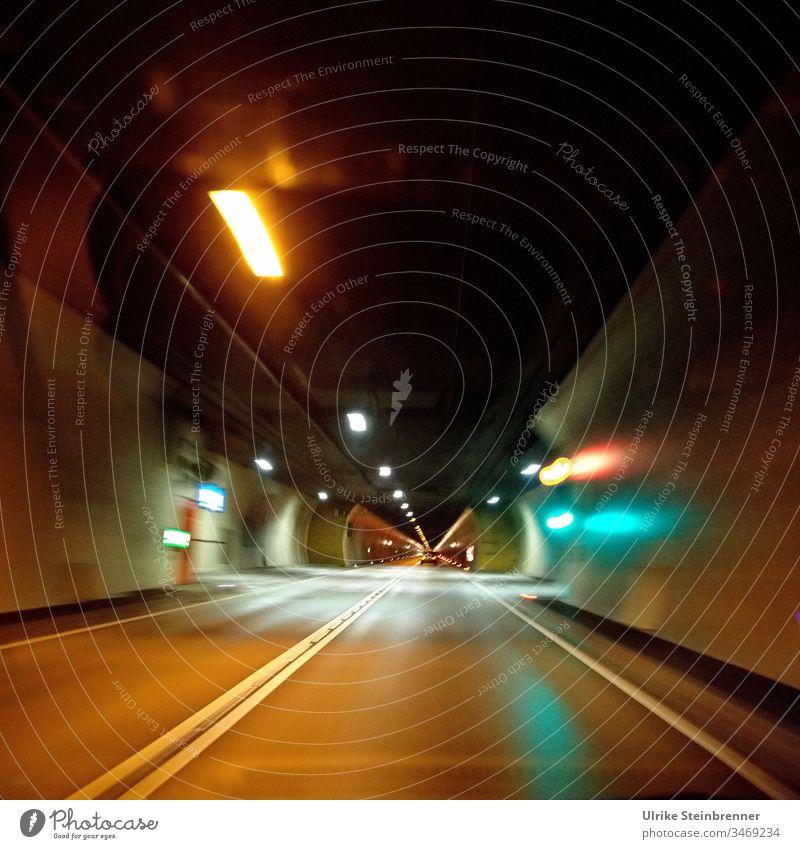 Fahrt durch einen beleuchteten Autotunnel Tunnel Verkehr Straße Licht Autobahn dunkel Nacht Verkehrswege Tunnelblick Straßentunnel Beleuchtung Fahrbahn