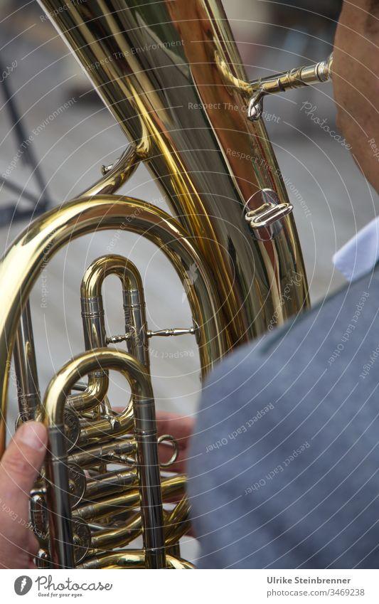 Detail eines Tenorhorns in Allgäuer Blaskapelle Blechblasinstrument Musik Kapelle Tubaspieler Musiker golden Ventile Finger Volksmusik Tusch Rohr Horn Blasmusik