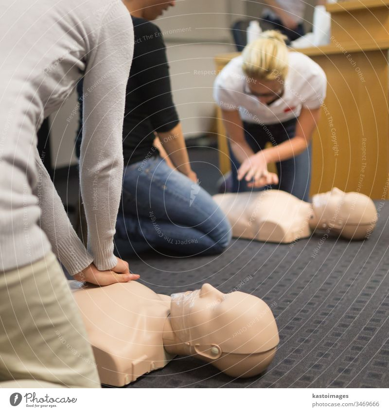 Erste-Hilfe-Kurs Erste Hilfe Gesundheitswesen Hilfsbereitschaft retten Farbfoto Behandlung Widerbelebung Herzinfarkt Notfall Notruf Mensch erste Antwort