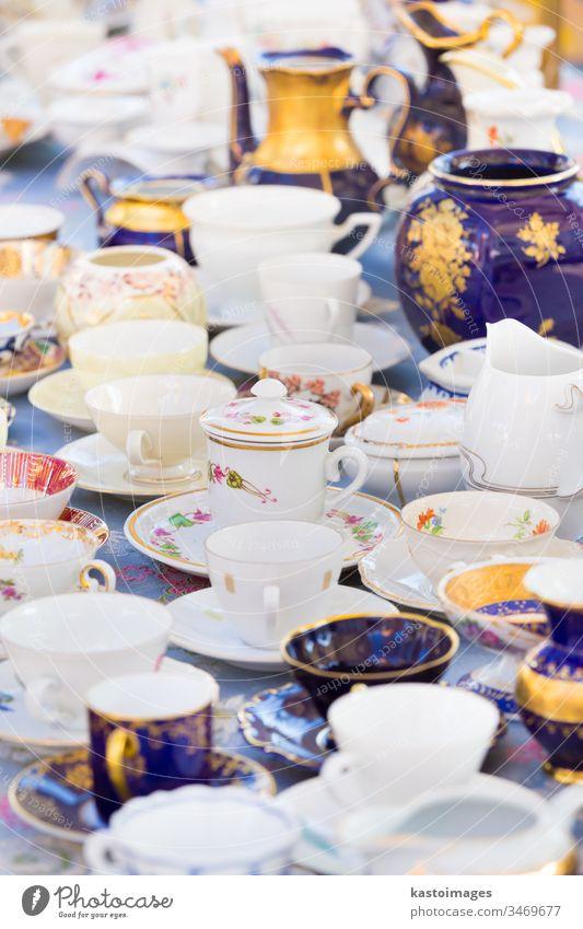 Tassensätze aus altem Porzellan. China Satz Porzellan weiß blau Souvenir Flohmarkt Markt Großstadt Straße Antiquität Business reisen verkaufen altehrwürdig