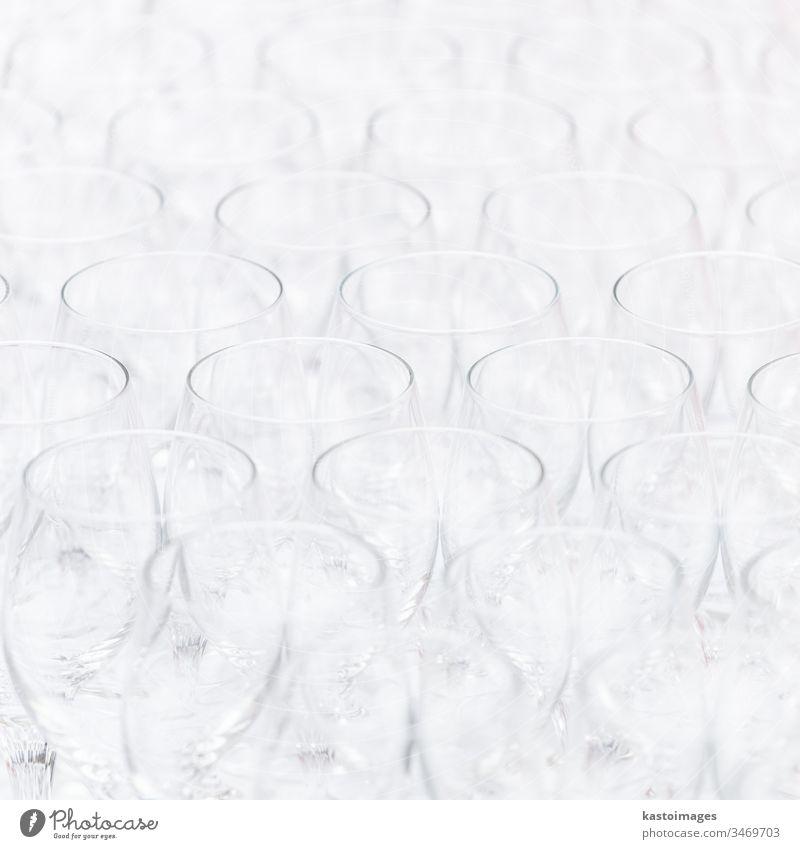 Muster von leeren Christgläsern. Veranstaltung Wein Glas Weinglas Nahaufnahme Hintergrund weiß Bar Abendessen trinken Eleganz Kristalle Champagne Feier