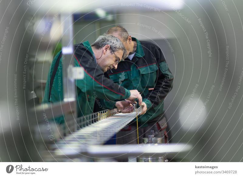 Industriearbeiter in einem Produktionsbetrieb. Arbeiter Maschinenbau Stahl Herstellung Gerät Werkzeug Arbeitsbekleidung Metall Technik & Technologie Grinden
