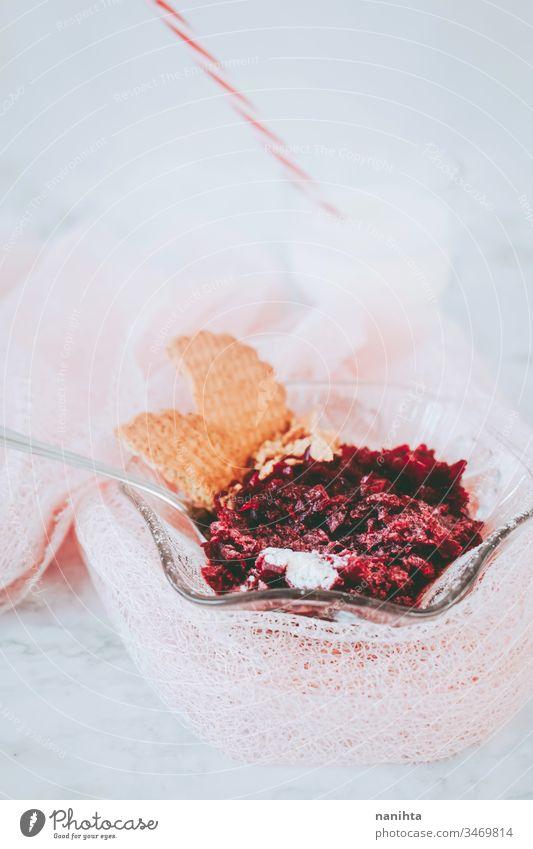 Köstliches Dessert aus Gelee und Keksen Götterspeise Beeren Versuchung Lebensmittel süß Frühstück Gesundheit einfach rot Gelatine lecker Stillleben Textfreiraum