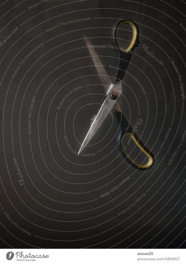 Alte Schere schwimmt auf schwarzem Hintergrund gealtert Antiquität groß Klinge Textfreiraum dreckig Gerät fliegend Grunge schäbig Instrument vereinzelt Metall