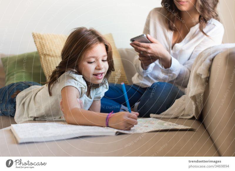 Mädchen malt mit ihrer Mutter beim Chatten Smartphone Familie Kind Frau Telefon Mobile Baby Technik & Technologie Glück Eltern benutzend wenig heimwärts