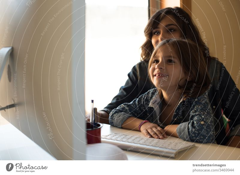Mutter und Tochter am Computer heimwärts Familie Kind Frau Eltern Mädchen Technik & Technologie Mama Glück Menschen Lächeln Lehre Erwachsener benutzend arbeiten