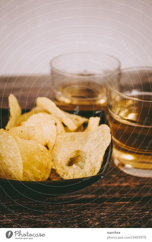 Stilleben von hellem Bier und Chips Party Lebensmittel Essen und Trinken alkoholisches Getränk helles Bier Kartoffeln Aperitif Amuse-Gueule Snacks