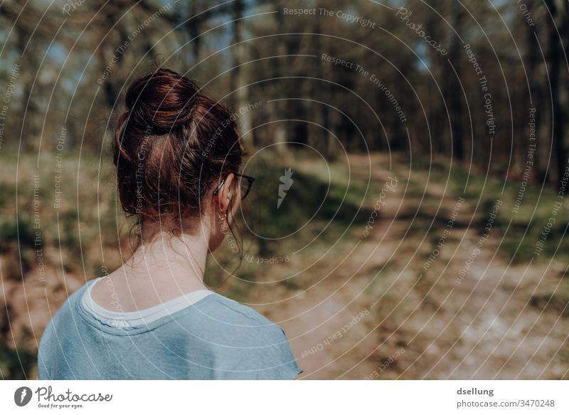 Junge Frau geht im Wald wandern und blickt auf den Weg vor ihr Abenteuer coronakrise Corona-Virus coronavirus Gesundheit Abstand Hügel Tourismus Ausflug Wetter
