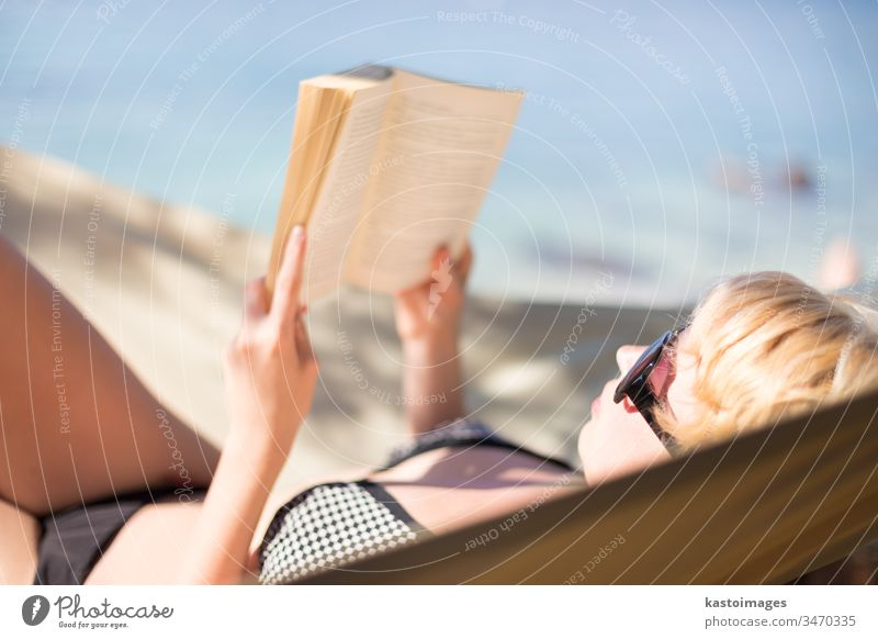 Dame liest Buch in einer Hängematte. bezaubernd attraktiv Strand schön Schönheit Bikini blond blau Körper Kaukasier Nahaufnahme Bildung Gesicht Frau Mädchen