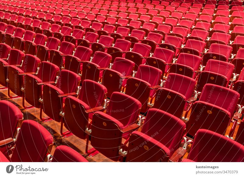 Theaterstuhl in roter Farbe im Konferenzraum. Sitz Stuhl Tagung Innenbereich Aula leer Kino Saal niemand Reihe Sitzgelegenheit Sitzung Film Veranstaltung