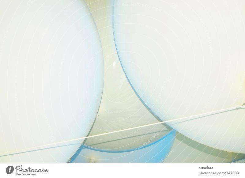 viel luft Kunststoff rund Luftballon hell gekrümmt Linie Farbfoto Gedeckte Farben Außenaufnahme Detailaufnahme abstrakt Menschenleer Textfreiraum links