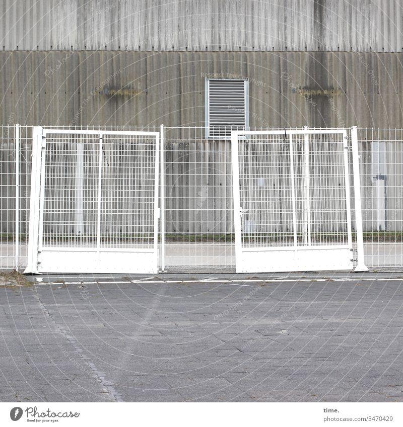 Geschichten vom Zaun (69) zaun gebäude gitter absperrung verschlossen zu grau metall platz stein beton lüftung wellblech trist langweilig schutz sicherheit