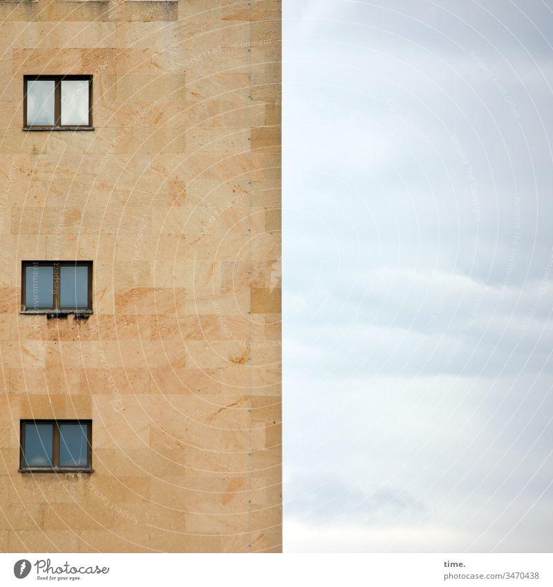 nach oben heiter himmel himmelblau wolken ausguck haus fenster hochhaus gebäude wand stein mauer spiegelung architektur design wohnen fassade