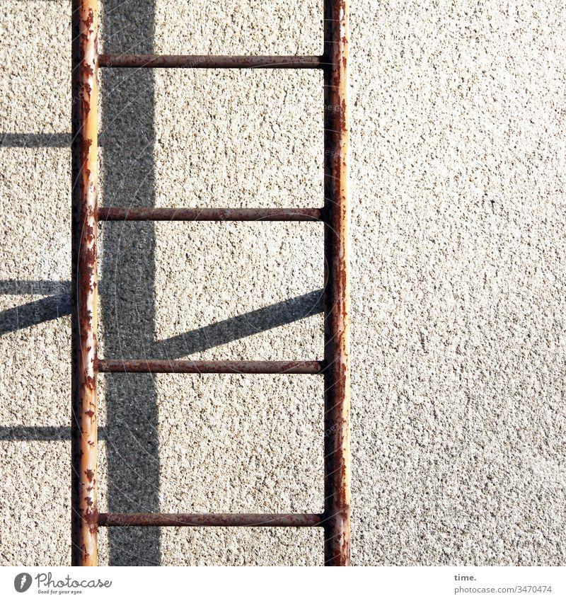 Fluchtweg haus gebäude wand mauer beton rost feuerleiter sonnenlicht schatten putz rettung sicherheit schutz fluchtweg hilfe