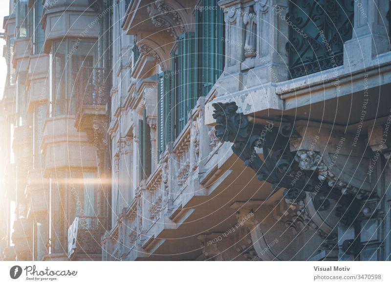 Detail eines neoklassizistischen Gebäudes unter den letzten Lichtern des Sonnenuntergangs Farbe im Freien Außenseite Architektur architektonisch urban Großstadt