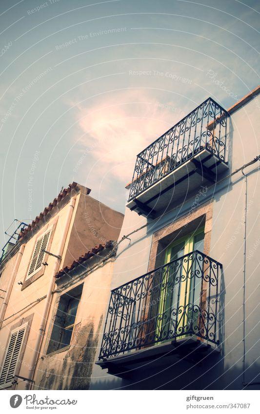 zimmer mit aussicht Himmel alt Haus Fenster Wand Architektur Gebäude Mauer Fassade Wohnung Häusliches Leben Dekoration & Verzierung einfach Dach Dorf Bauwerk