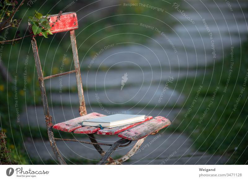 Buch im Garten lesen Pause ruhen Ruhe finden Literatur Stuhl genießen Genuss Freizeit & Hobby