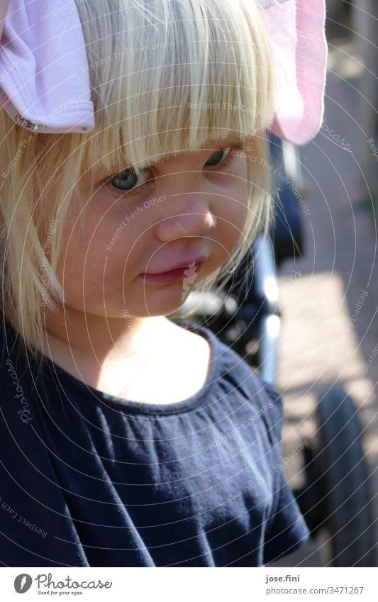 Geräusch | was man so alles hört mit Elefantenohren Mädchen süß zuhören ponyfrisur Verschmitzt Tag natürlich blond kleines Mädchen Kind große Augen Gesicht