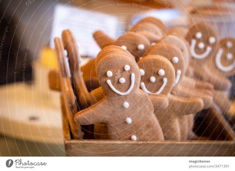 Lebkuchenmänner in einer Schachtel auf einem Marktstand Ordnung Hintergrund backen gebacken Bäckerei Biskuit braun heiter Nahaufnahme Keks Cookies Dekor