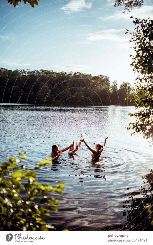 Drei Freunde im See genießen die Sommerzeit Erinnerung Licht Gelassenheit Sommergefühl Schwimmen & Baden Teich Natur Schönes Wetter Zufriedenheit Freundschaft