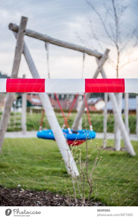 Spielplatz abgesperrt 2020 Absperrband Ansteckung Ausgangssperre Corona Coronavirus Gefahr Maßnahme Nestschaukel SARS-CoV-2 Schaukel Schutz Schutzmaßnahme
