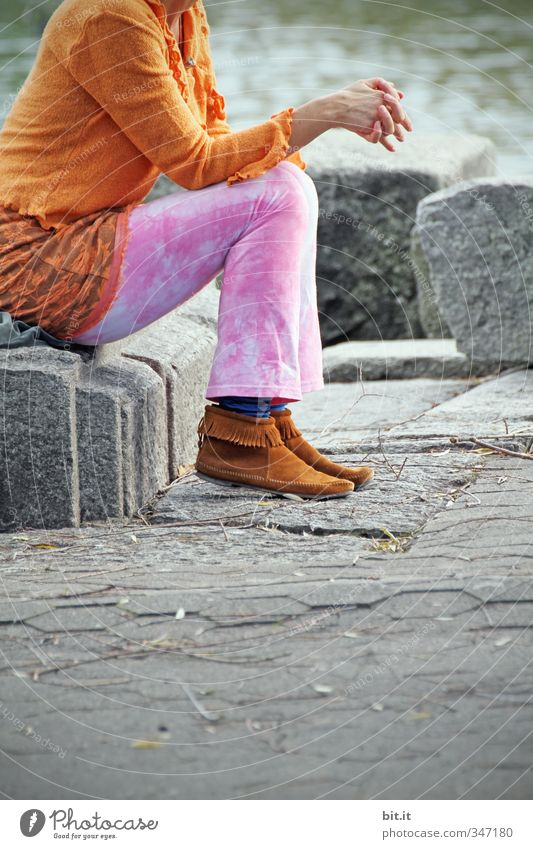 Frau Farbenfroh Mensch Erholung ruhig Strand Erwachsene feminin See Mode Körper sitzen Bekleidung Pause Seeufer Hose Gleichgewicht