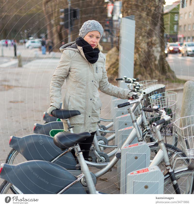 Station der städtischen Fahrradvermietung. Frau Öffentlich Verkehr Keyboard Transport citibike Wähltastatur urban Miete Großstadt Umwelt Reihe Lifestyle Zyklus