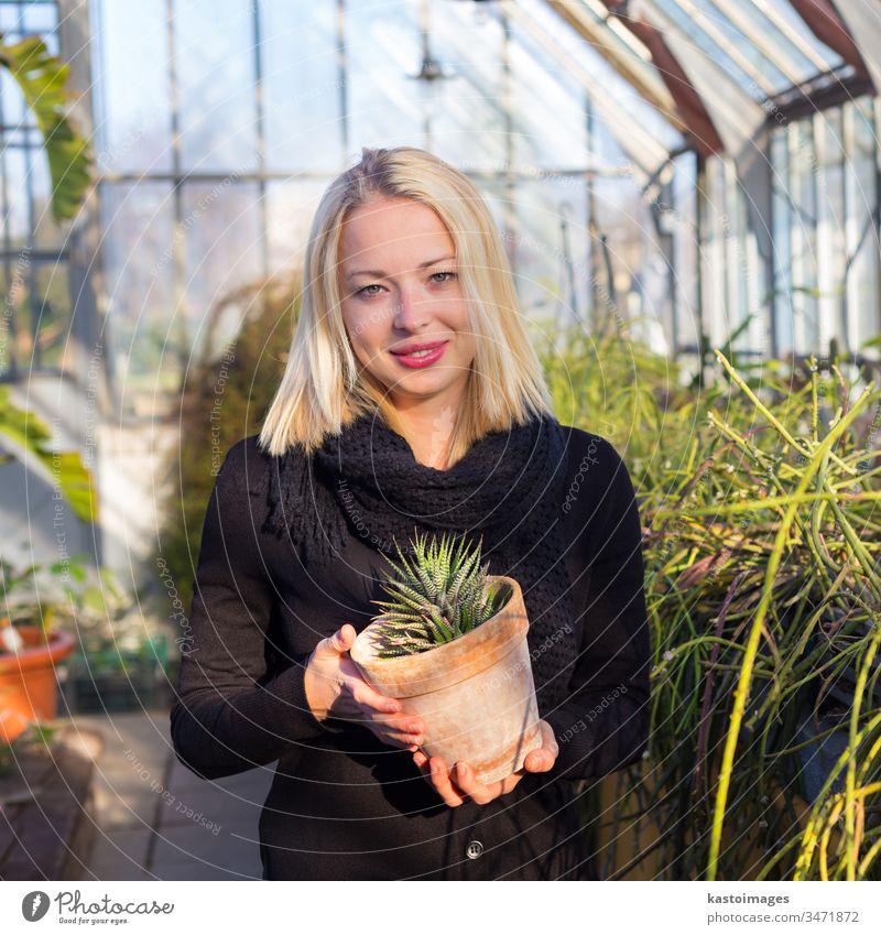 Floristinnen, die im Gewächshaus arbeiten. Gartenarbeit Blumenhändler Frau Gärtner grün Pflanze Natur jung schön Erwachsener Arbeit Dame Blüte Kinderzimmer