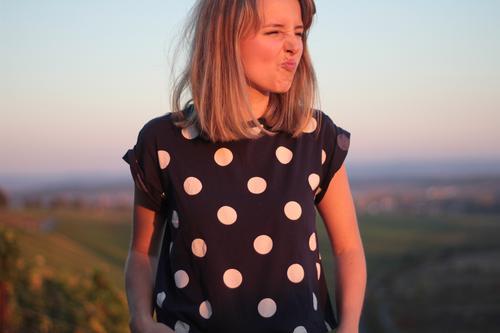 hier riechts doch nach ... Frau gepunktet Sonnenlicht Sonnenuntergang Panorama (Aussicht) Weinberg Warmes Licht Warme Farbe blondes Haar kurzhaarig ponyfrisur
