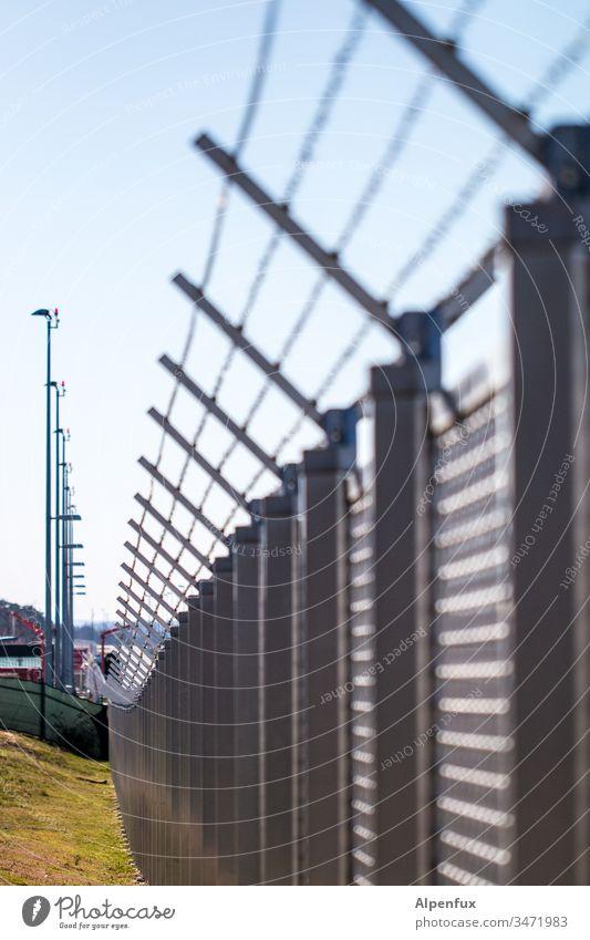 Festung Europa Zaun Grenze Menschenleer Stacheldraht Schutz Draht Außenaufnahme Barriere Sicherheit Metall Stacheldrahtzaun Farbfoto bedrohlich Detailaufnahme
