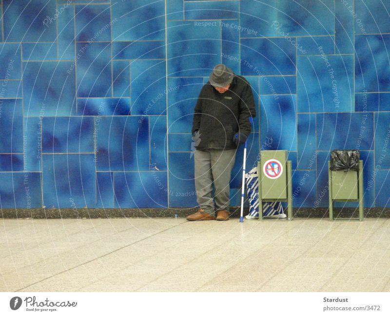 blau Mann alt Fliesen u. Kacheln Bahnhof Tüte Obdachlose Gehhilfe
