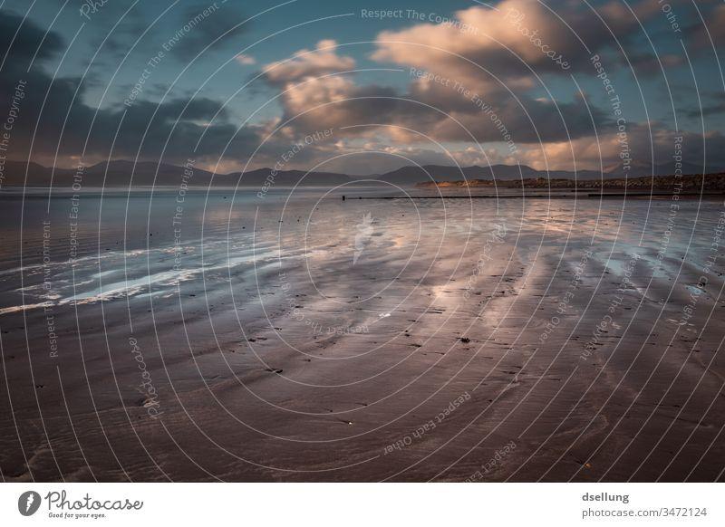 Sonnenuntergang über einem Strand Abend Dämmerung Fernweh Wolken Abenteuer Ferne Tourismus Freiheit Schatten Licht Horizont Sonnenstrahlen