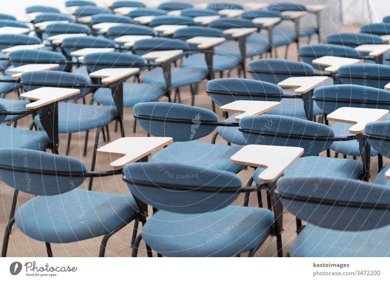 Leerer Konferenzsaal. Hörsaal Architektur Tagung dozieren Business Aula Klassenraum Präsentation Stuhl Raum Sitz Reihe niemand leer Bildung im Innenbereich