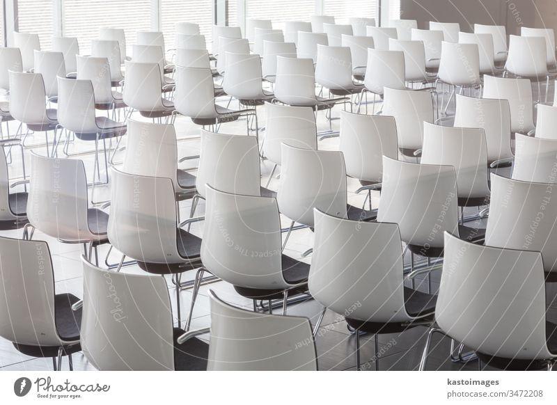 Leere weiße Stühle im zeitgenössischen Konferenzsaal mit Hörsaal Architektur Tagung dozieren Business Aula Klassenraum Präsentation Stuhl Raum Sitz Reihe