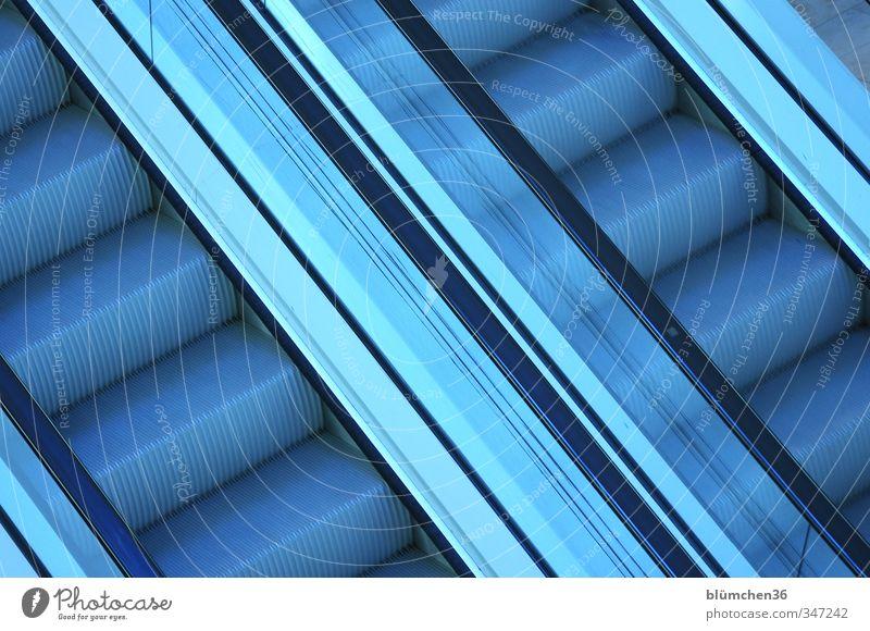 Total blau | auf und ab Treppe Rolltreppe gebrauchen fahren kalt grau Geländer Metall Bewegung Farbfoto Innenaufnahme Menschenleer Kunstlicht diagonal aufwärts