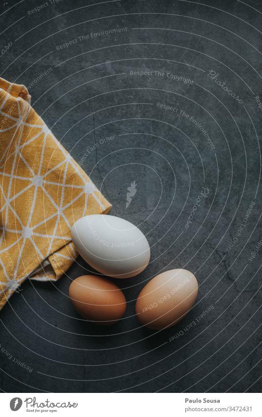 Eier in einem Tisch Eierschale Lebensmittel Textfreiraum oben Textfreiraum unten Farbfoto Ernährung Eierkarton Hintergrund neutral Tag Osterei Bioprodukte