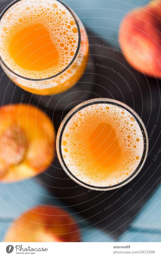 Natürlicher Pfirsichsaft im Glas auf blauem Holztisch Getränk Frühstück Tasse Diät trinken Lebensmittel frisch Frische Frucht Gesundheit Saft saftig liquide