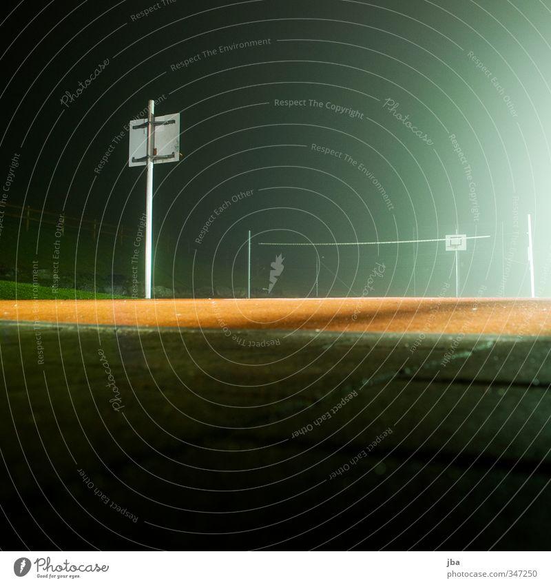 Nachtruhe grün Stadt rot Einsamkeit ruhig dunkel kalt Stein Nebel warten feucht mystisch Korb Basketballkorb Ballsport Sportstätten