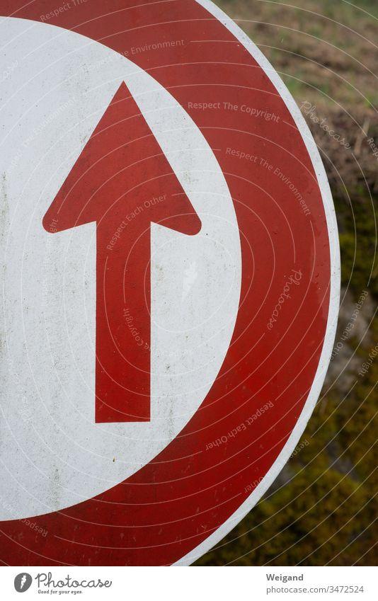 Pfeil Richtung Stoppschild Verkehr rot Schilder & Markierungen Strassenschild rund warten falsch Straße Orientierung Hinweisschild Navigation Orientierungspunkt
