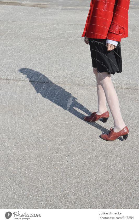 Das Mädchen in der roten Jacke Mensch feminin Junge Frau Jugendliche Erwachsene Beine 1 18-30 Jahre Platz Rock Strümpfe Strumpfhose Schuhe stehen dünn elegant
