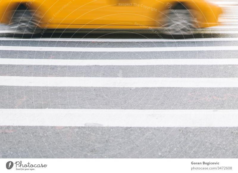 Abstrakte Unschärfe der städtischen Straßenszene mit einem gelben Taxi in New York, Vereinigte Staaten amerika Amerikaner Broadway Business beschäftigt Kabine
